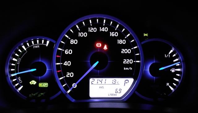 Toyota Yaris XP13 1.5 VVT-i Hybrid beleuchtetes Kombiinstrument