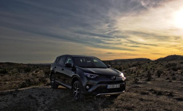 Toyota RAV4 Hybrid 2.5 VVT-i Vorderansicht Sonnenuntergang