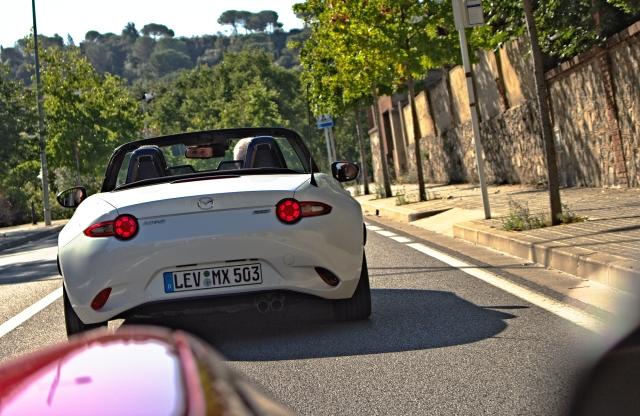 Heckansicht des Mazda MX-5 ND, unterwegs in Katalonien