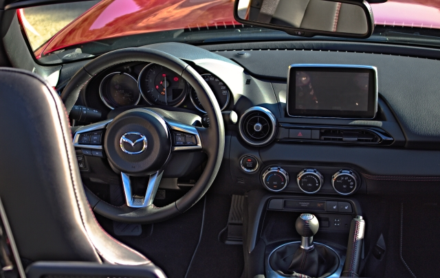 Das Cockpit des Mazda MX-5 ND.