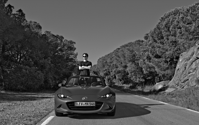 Mazda MX-5 Frontalansicht in schwarz-weiß