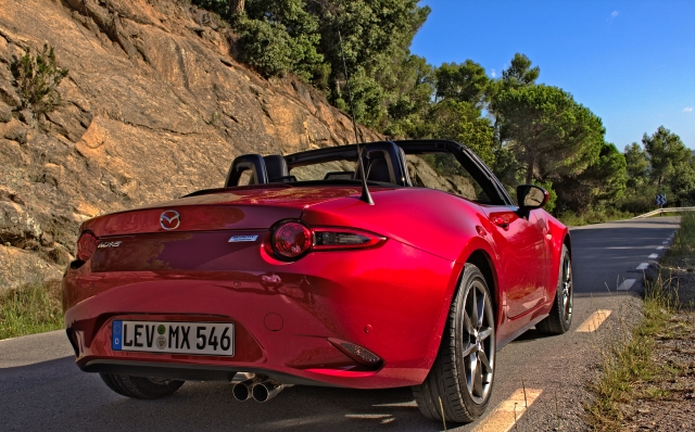 Der Mazda MX-5 ND 2.0 SKYACTIV-G 160 im Hinterland von Barcelona, Katalonien.