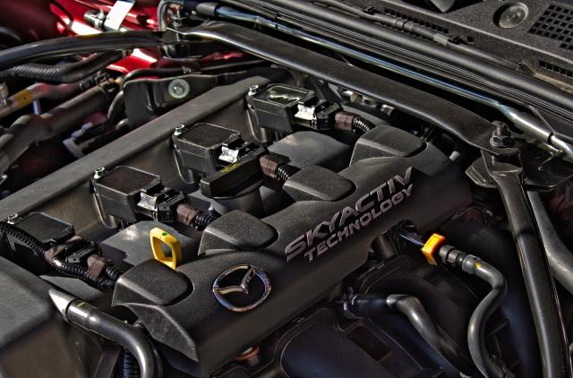Der Reihenvierzylinder des Mazda MX-5 ist längs verbaut und kommt ohne Motorraum-Abdeckung aus Plastik aus.