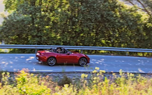 2015 Mazda MX-5 2.0 SKYACTIV-G 160 auf katalanischer Landstraße