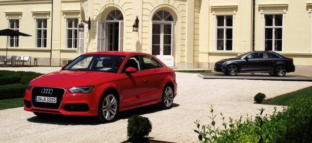 2014er Audi A3 Limousine (8VS) in Misanorot Perleffekt und Daytonagrau Perleffekt.