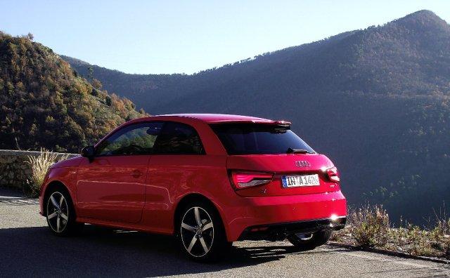 2015er Facelift des Audi A1 (Typ 8X) 1.8 TFSI in der Heckansicht auf dem Col de Braus.