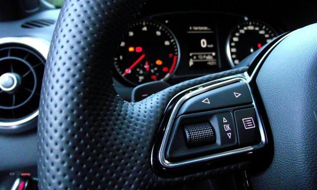 Interieur-Detail: perforiertes Leder am Lenkrad des Audi A1 Facelift (2015, Typ 8X).