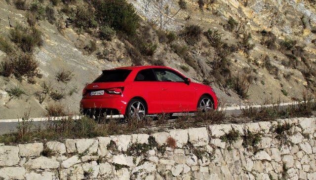 2015er Facelift des Audi A1 (Typ 8X) 1.8 TFSI in der Seitenansicht auf dem Col de Braus.