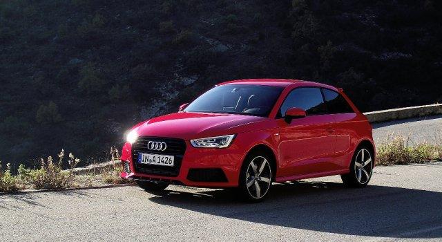 2015er Facelift des Audi A1 (Typ 8X) 1.8 TFSI in der Vorderansicht auf dem Col de Braus.