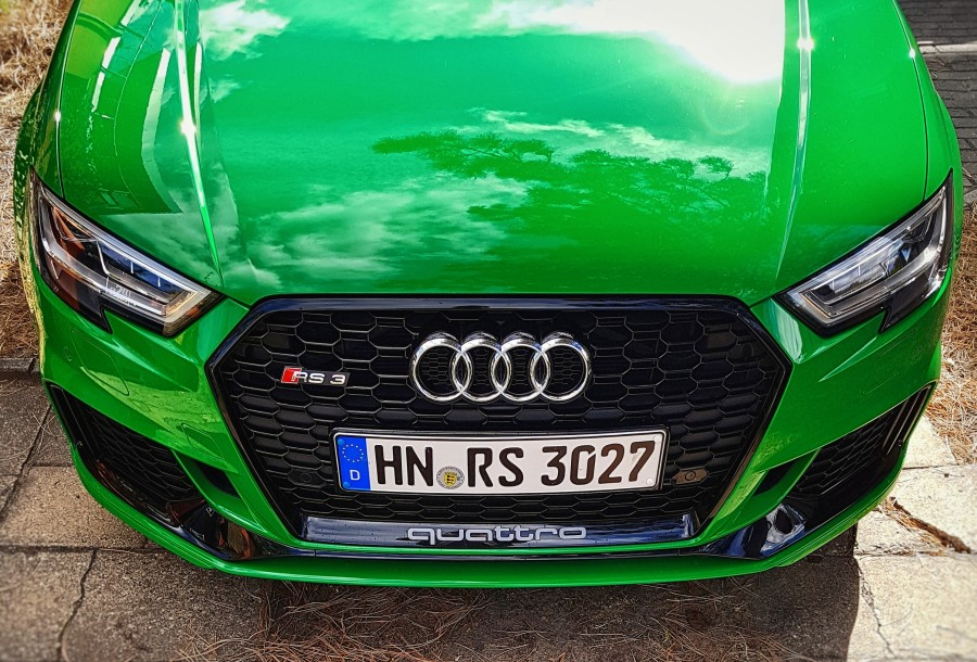 Frontalansicht der Audi RS 3 Limousine (8VS) in Vipergrün.