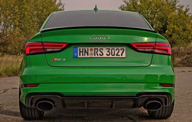 Heckansicht der Audi RS 3 Limousine (8VS) in Vipergrün.