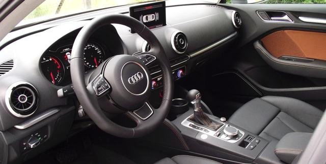 Das Interieur 2014er Audi A3 Limousine (8VS) mit MMI plus.