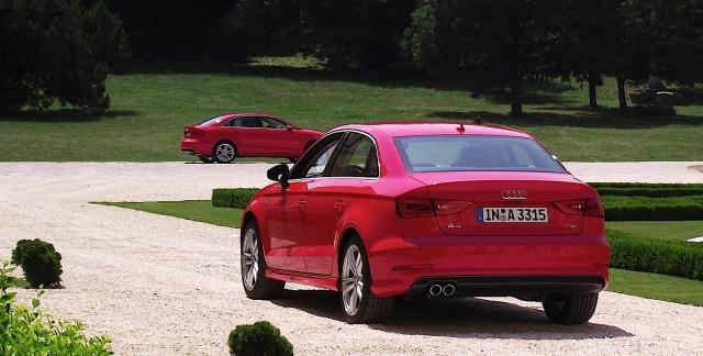 2014er Audi A3 Limousine (8VS) in Misanorot Perleffekt in der Heckansicht.