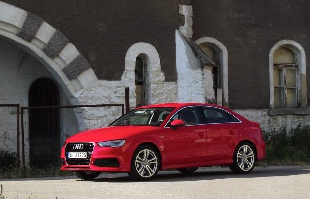 2014er Audi A3 Limousine (8VS) in Misanorot Perleffekt in der Seitenansicht.